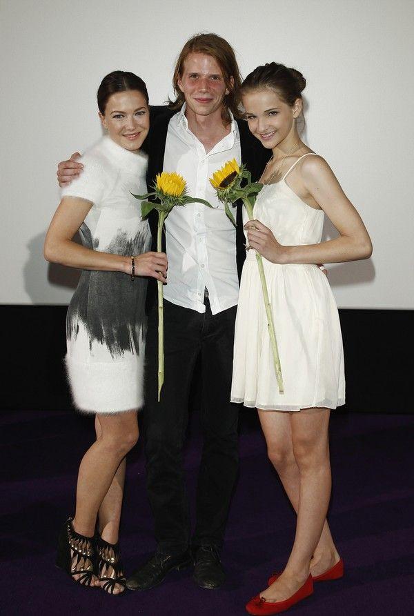 Niedlich: Tim Fehlbaum bei der Premiere. An seiner Seite die zwei Hauptdarstellerinnen. (Foto: voll:kontakt)