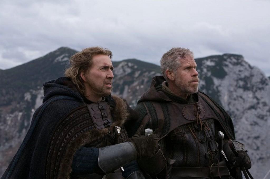 Zufällig auch zwei Helden: Ron Perlman und Nicolas Cage als Tempelritter im Film (Foto: Universum Film)