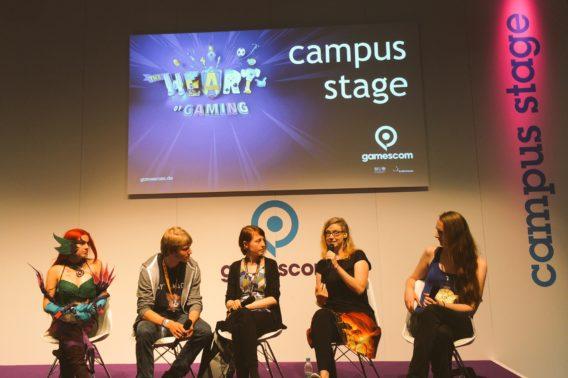 Lara (ganz rechts) auf der Bühne mit einer Cosplayerin aus dem Publikum, Moderator Jan, Nina Kiel und Maike Groehn.